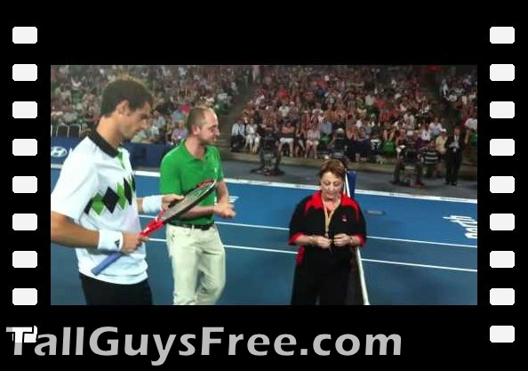 nab guest Vicky Marchesani looks up to John Isner and Andy Murray in coin toss